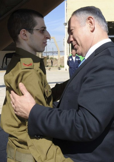 Israels Prime Minister Benjamin Netanyahu greets Gilad Shalit at Tel Nof air base
