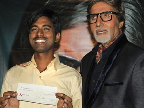 Real-life 'Slumdog Millionaire' Sushil Kumar (left), with Bollywood actor Amitabh Bachchan, shows $1 million check after winning on India's version of 'Who Wants to Be a Millionaire.'  Read more: http://www.nydailynews.com/news/wo