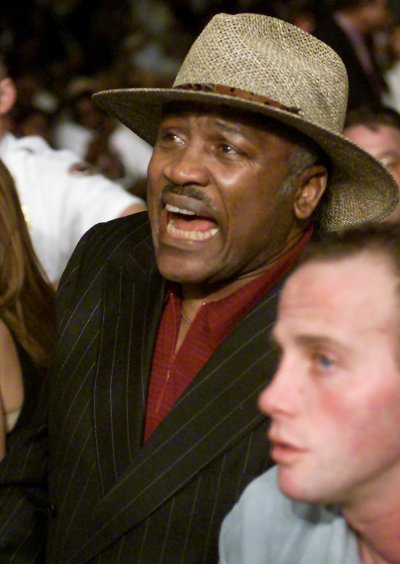 Joe Frazier cheers for his 39-year-old daughter Jacqui during her fight against Laila Ali, the 23-year-old daughter of boxing legend Muhammad Ali.