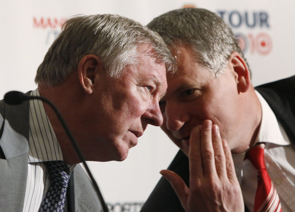 Manchester United's manager Alex Ferguson (L) speaks with Manchester United Chief Executive David Gill during a news conference in New York, May 18, 2010