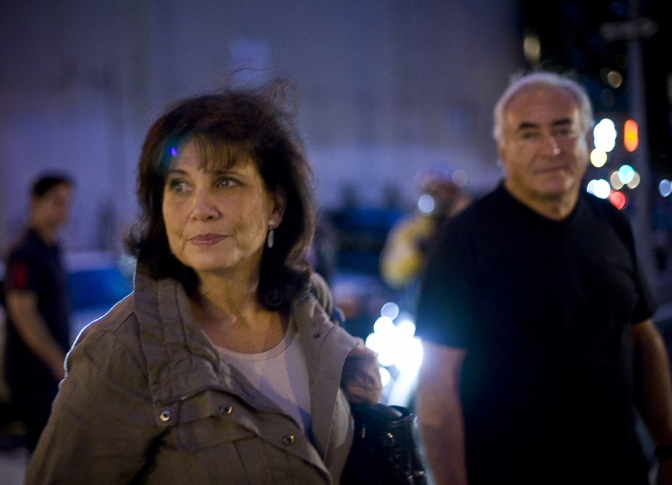 Former IMF chief Dominique Strauss-Kahn and his wife Anne Sinclair walk to catch a cab in New York
