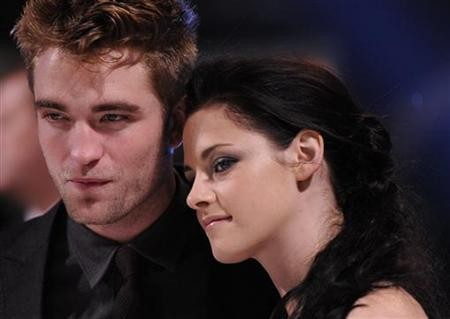 Kristen Stewart (R) and Robert Pattinson