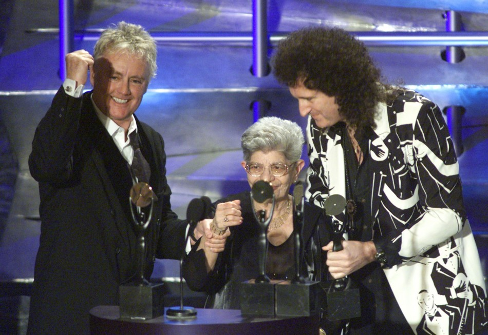 Musicians Roger Taylor (L) and Brian May (R) of Queen are joined by the mother of Freddie Mercury, Jer (C) in celebrating the induction of Queen into the Rock and Roll Hall of Fame at a ceremony in New York on March 19, 2001
