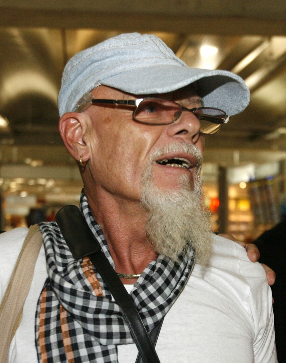 The travel ban on 1970s pop star Gary Glitter, who was convicted of child sex offences in Vietnam, has been lifted.