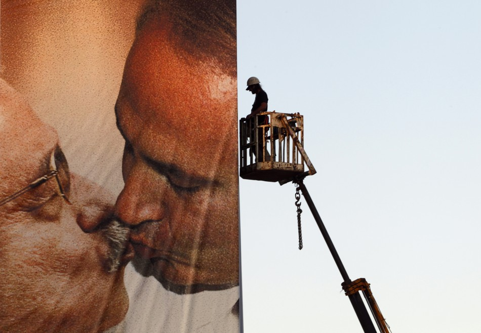 Benettons Controversial Kissing Ad in Israel
