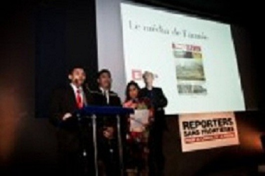 The Eleven News Team Receive the Prize c Jean Larive