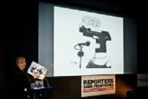 French cartoonist Plantu pays tribute to Ali Ferzat (c) Jean Larive