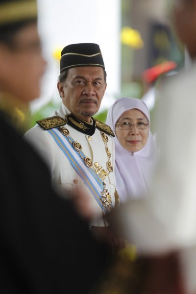 Malaysias opposition leader Anwar Ibrahim and wife