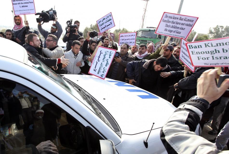 Palestinian protesters surround vehicle in convoy transporting UN Secretary-General Ban Ki-moon