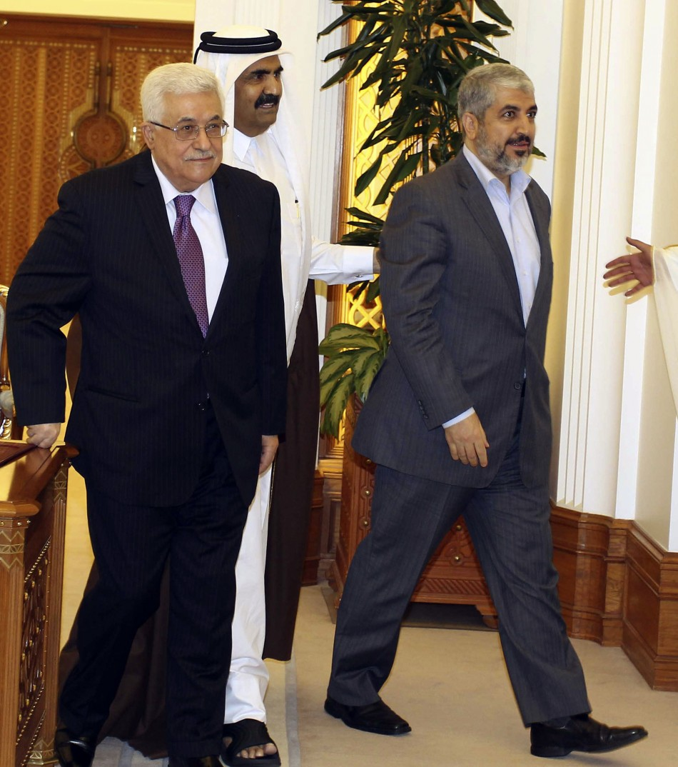 Palestinian President Abbas and Hamas leader Meshaal on either side of Qatar's Emir Sheikh Hamad arrive to sign an agreement in Doha