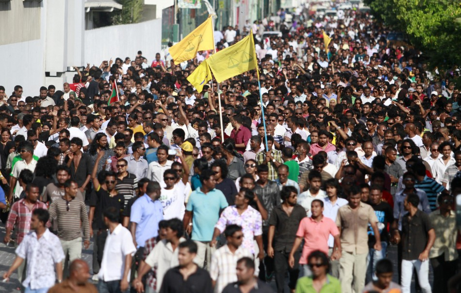 Supporters of ousted Maldivian PresidentNasheed march towards the police headquarters during a protest in Male