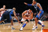 New York Knicks point guard Jeremy Lin drives to the basket between Dallas Mavericks forward Shawn Marion (R) and guard Vince Carter in the second half of their NBA basketball game at Madison Square Garden in New York, February 19, 2012.