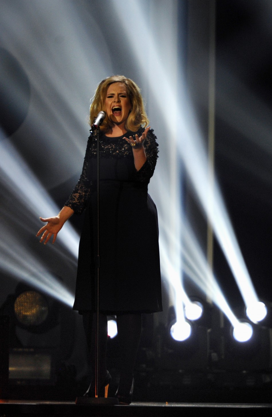 "Adele performs "" Rolling in the deep"""