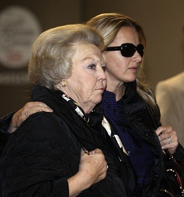 Dutch Queen Beatrix arrives with Prince Johan Friso's wife Mabel at university hospital in Innsbruck (Reuters)