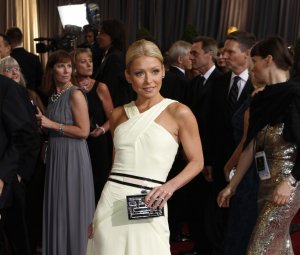 Actress and talk show host Kelly Ripa arrives at the 84th Academy Awards in Hollywood, California, February 26, 2012.