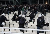 Police chase Panathinaikos\' fans