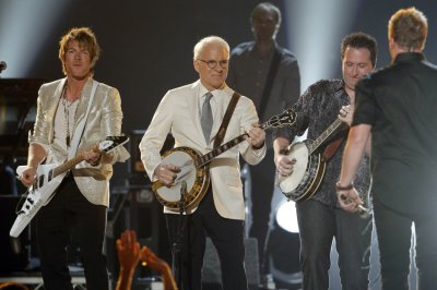 Actor, comedian and musician Steve Martin performs quotBanjoquot with Rascal Flatts at the 47th annual Academy of Country Music Awards in Las Vegas