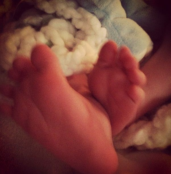 "Hilary Duff tweets a picture of her baby's feet with a message,""My favorite little feet"""