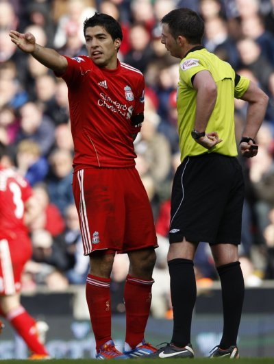 Liverpool039s Suarez argues with referee Oliver during their English Premier League soccer match against Aston Villa in Liverpool