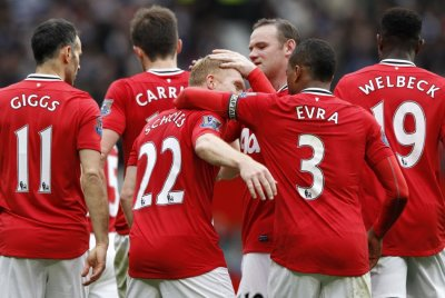 Manchester United039s Scholes celebrates his goal against Queens Park Rangers with teammates during their English Premier League soccer match in Manchester