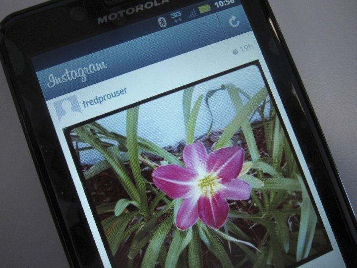 Facebook Buys Photo-Sharing Service Instagram for $1 Billion