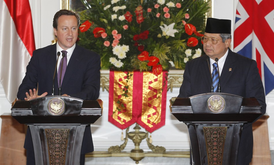 Britain's Prime Minister Cameron and Indonesian President Yudhoyono give a news conference after their meeting at Merdeka Palace in Jakarta
