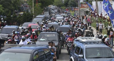 Road congestion in Banda Aceh following evacuation warning