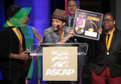 Singer-songwriter Mars accepts the award for Song of the Year for quotJust the Way You Arequot with co-writers Kalb and Lawrence at the ASCAP Pop Music Awards in Hollywood