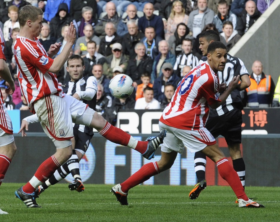 Newcastle United039s Cabaye shoots to score against Stoke City during their English Premier League soccer match in Newcastle