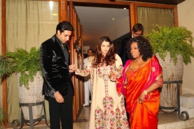 Aishwarya Rai Bachchan is held by Abhishek and Oprah Winfrey