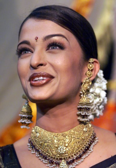 BOLLYWOOD ACTRESS AISHWARYA RAI SMILES IN BOMBAY 2002