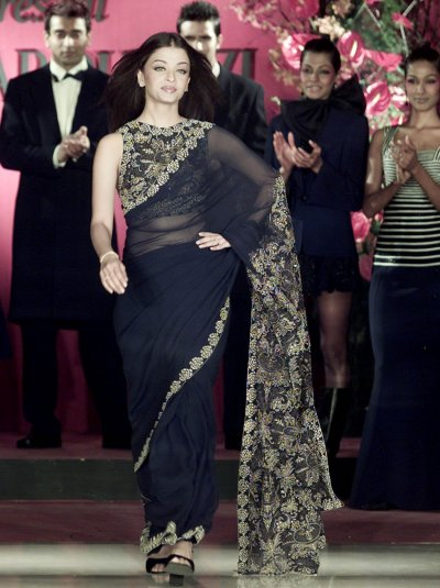 BOLLYWOOD STAR AISHWARYA RAI PRESENTS AN ETHNIC OUTFIT BY INDIAN DESIGNER SHAHAB DURAZI DURING A SHOW 2002