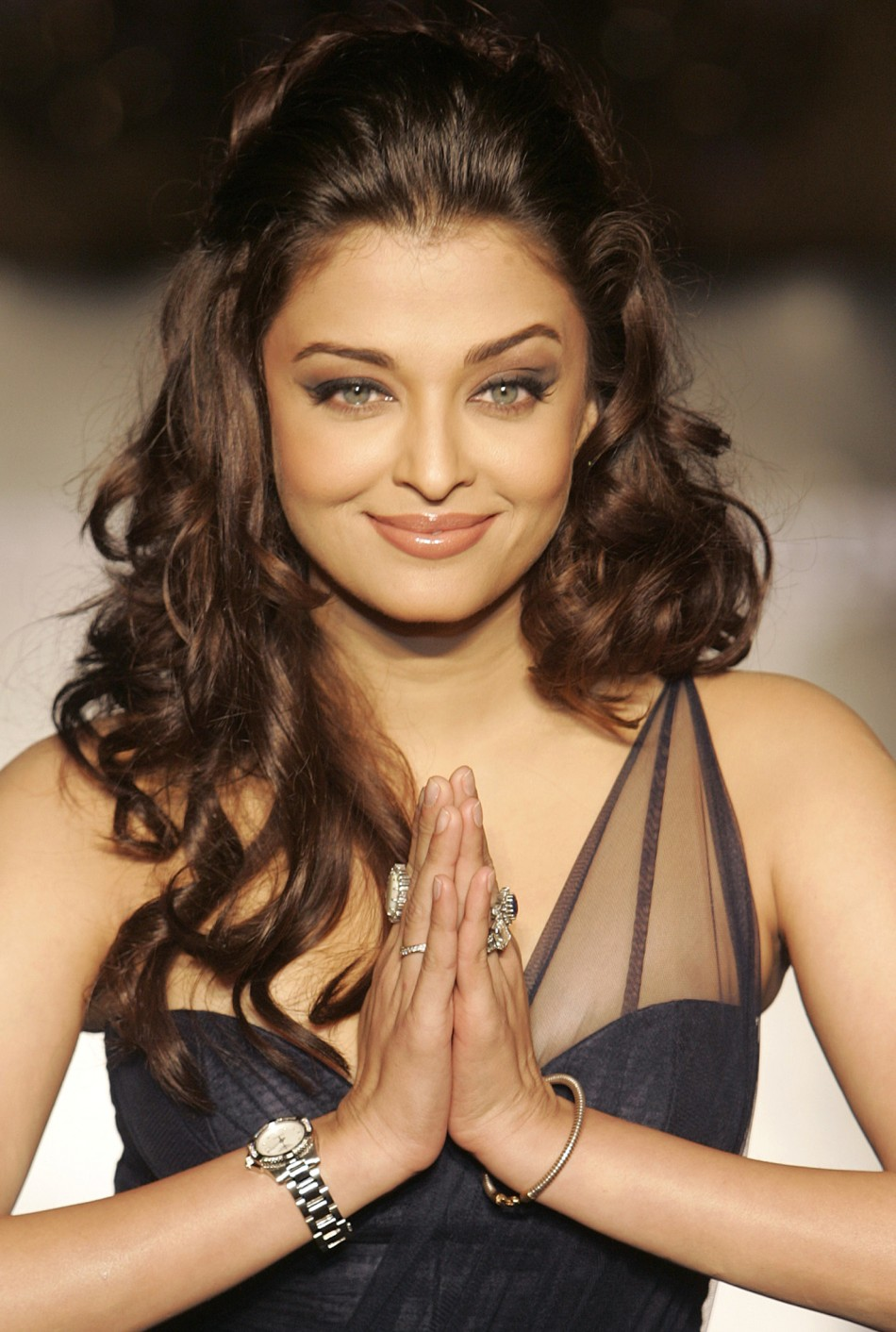 Bollywood actress Aishwarya gestures in Kolkata in 2008