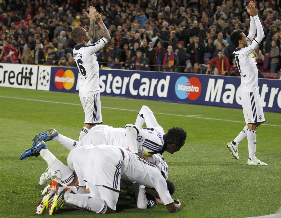 Chelseas players celebrate after Fernando Torres scored