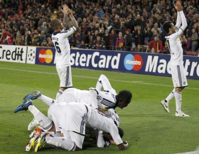 Chelseas players celebrate after Fernando Torres scored
