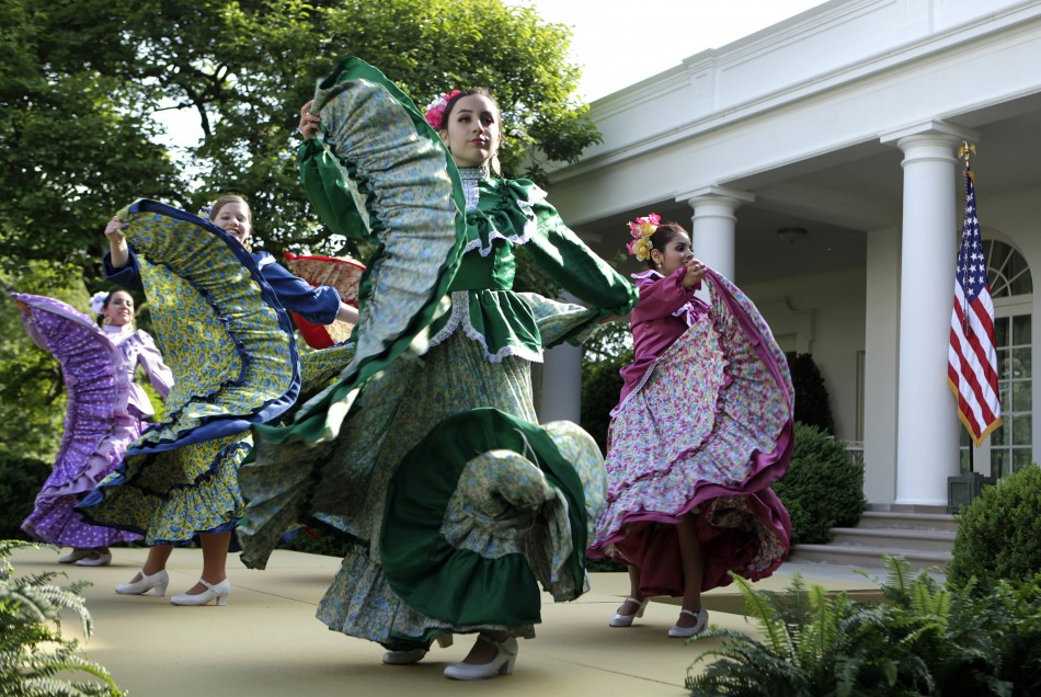 Dancers from Ballet Folklorico Mexicano de Georgetown perform at a Cinco de Mayo reception at the White House in Washington, May 3, 2012. REUTERS/Yuri Gripas