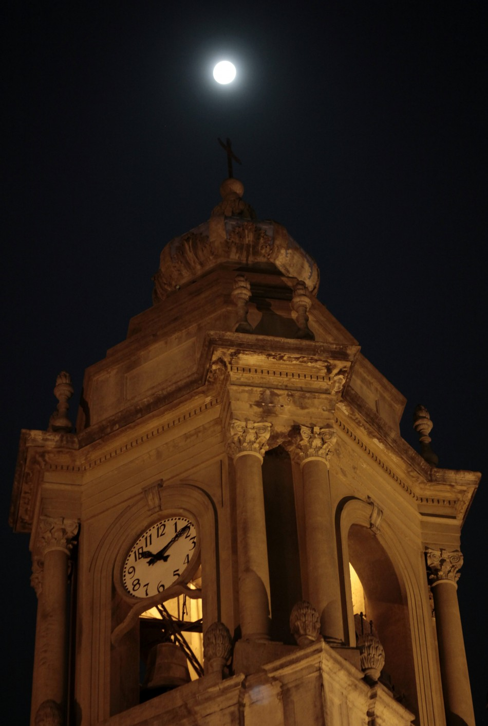 A view of the quotsuper Moonquot is seen above a cathedral tower in Guatemala City