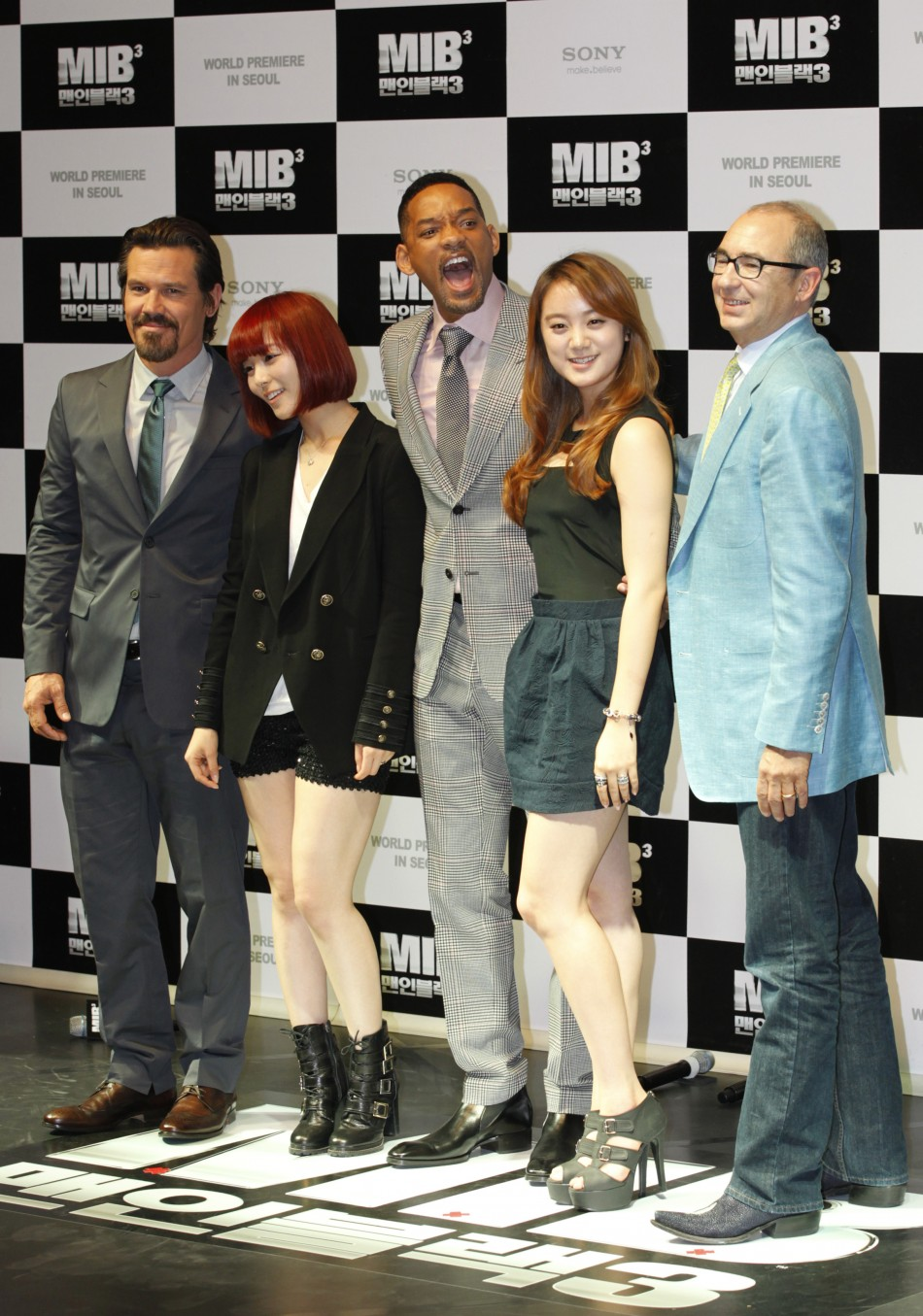 Cast members Will Smith and Josh Brolin pose together with director Barry Sonnenfeld and K-pop girl group, quotWonder Girlsquot members Sunye and Hyerim in Seoul