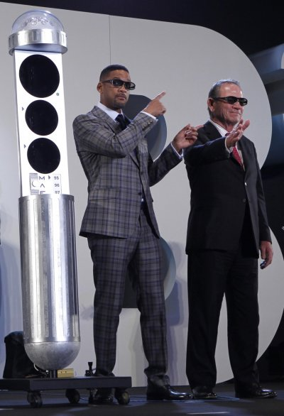 Will Smith points to Tommy Lee Jones as they greet fans at a red carpet event to promote their film quotMen in Black IIIquot in Japan
