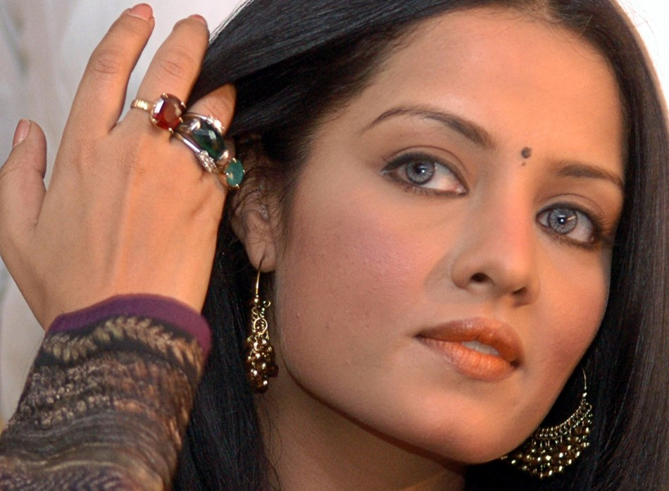 Bollywood actress Celina Jaitley gestures during a news conference before campaigning for the Congress party for the state assembly elections in the northern Indian city of Lucknow April 22, 2007. REUTERS/Pawan Kumar