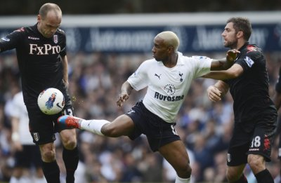 Tottenham Hotspur039s Defoe tangles with Fulham039s Murphy and Hughes during their English Premier League match at White Hart Lane