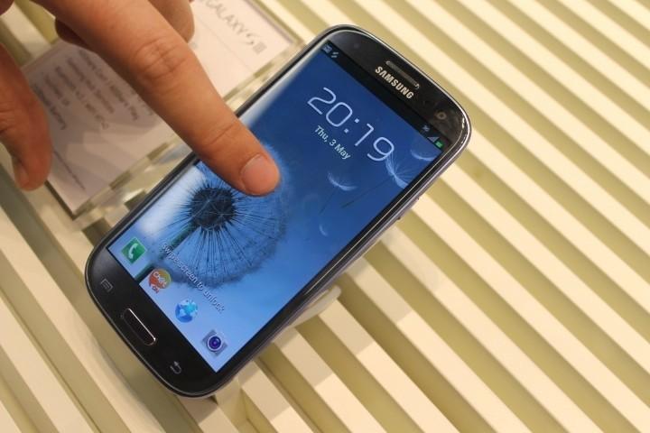 Samsung Galaxy S3 smartphone handset finger ripple effect