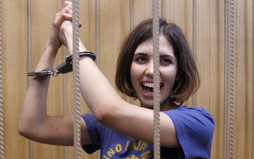 Tolokonnikova, wearing a T-shirt with the famous slogan of the Spanish Civil War,