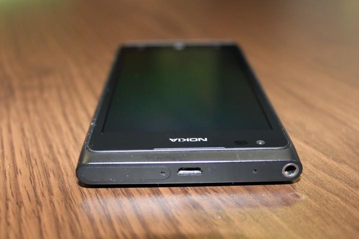 Nokia Lumia 900 usb connection headphone jack sim door