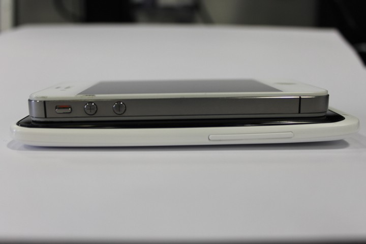 iPhone 4S vs One X