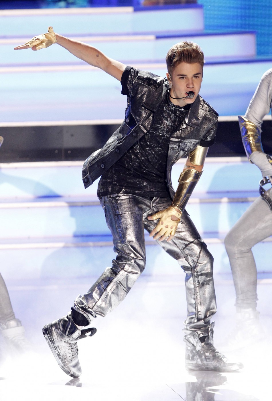 Bieber performs at the 2012 Teen Choice Awards in Universal City