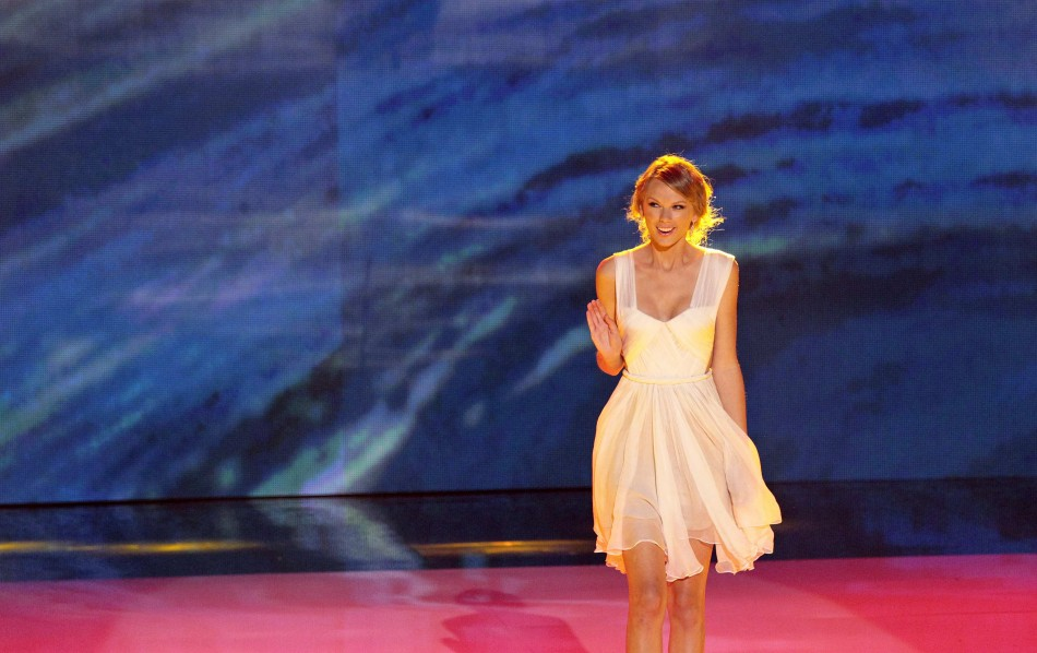 Swift accepts the Choice Female Artist Award at the 2012 Teen Choice Awards in Universal City