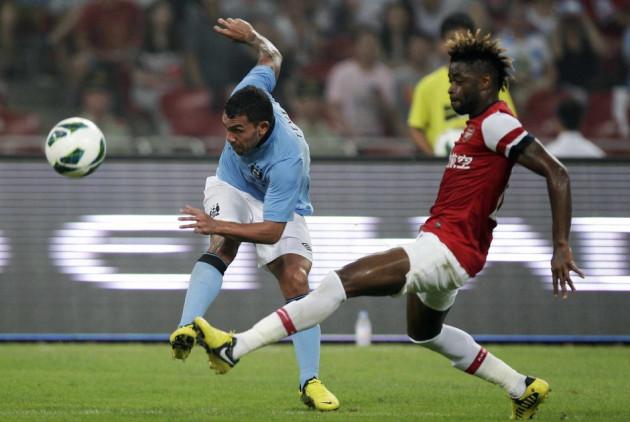Arsenal Midfielder Alex Song (R)