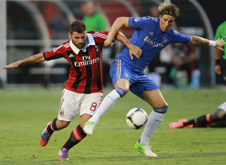 Chelsea's Fernando Torres (R)