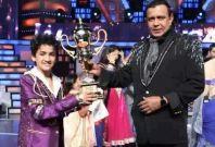 Faisal Khan receiving the winners\' trophy from grand master Mithun Da. (Facebook)